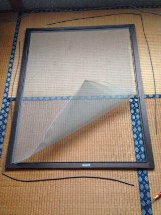 窓枠から網を外す