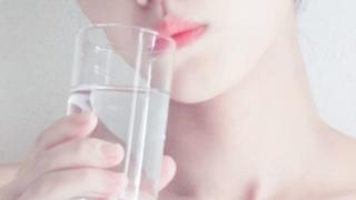 にがりを飲む女性